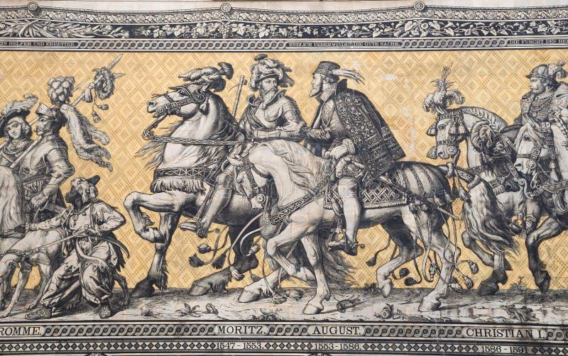 Furstenzug (шествие принцев, 1871-1876, 102 метров, 93 человек) гигантская настенная роспись украшает стену dresden Германия стоковые фотографии rf