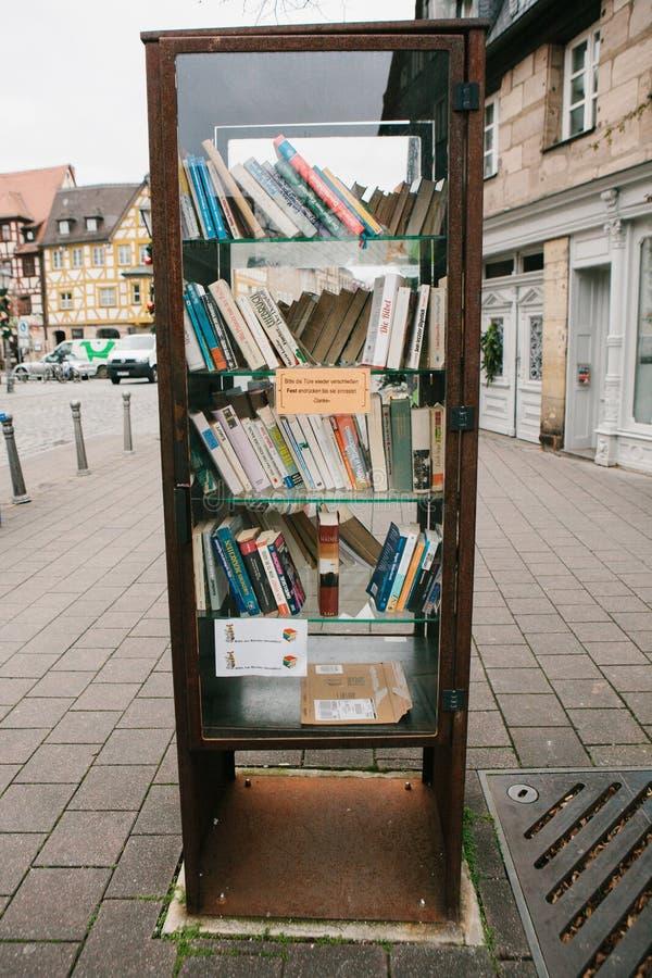 Furth Tyskland, December 28, 2016: Böcker Gataoffentligt bibliotek Utbildning i Tyskland livsstil Vardagsliv in royaltyfri foto