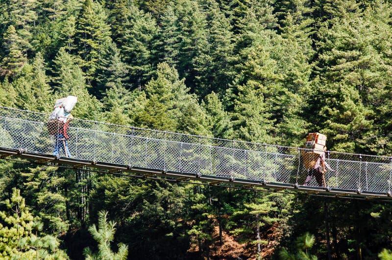 Furtianów nieść ciężki faszeruje na linowym moscie zdjęcia royalty free