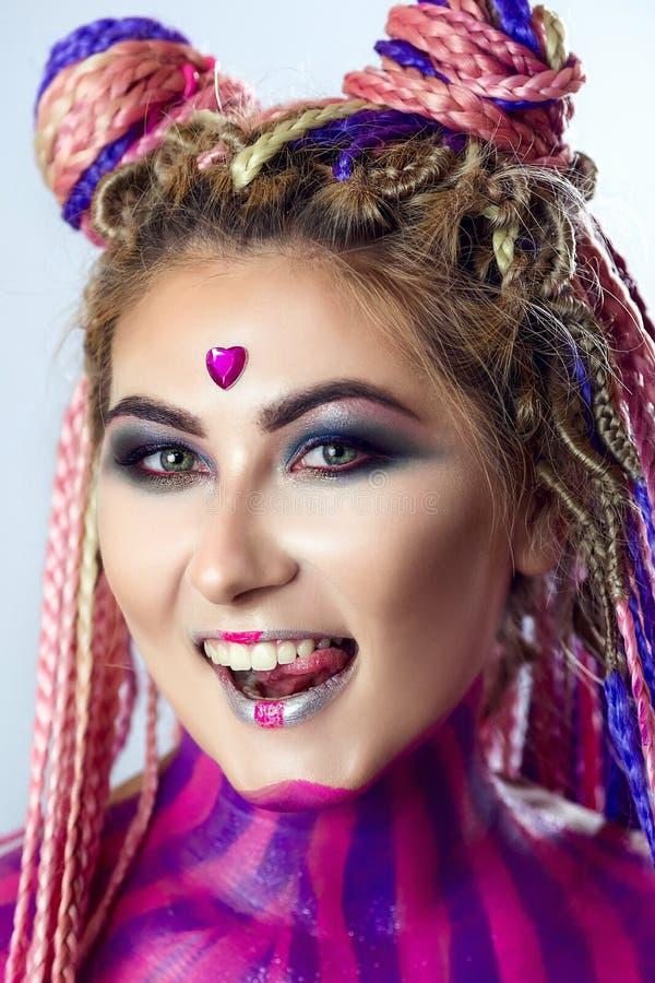 Furtian czerwona młoda dziewczyna, piękny makeup, fryzura, afro warkocze, dreadlocks obrazy royalty free