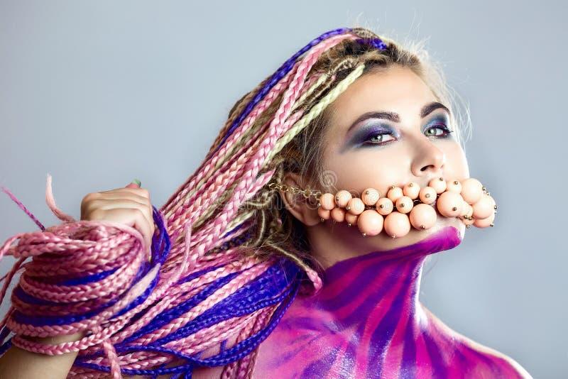 Furtian czerwona młoda dziewczyna, piękny makeup, fryzura, afro warkocze, dreadlocks zdjęcie royalty free