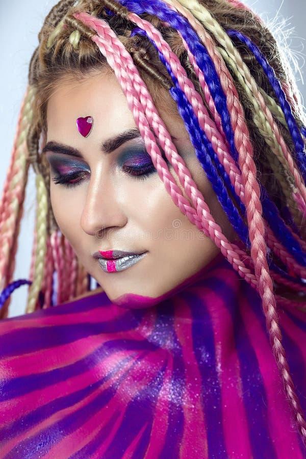 Furtian czerwona młoda dziewczyna, piękny makeup, fryzura, afro warkocze, dreadlocks obraz stock