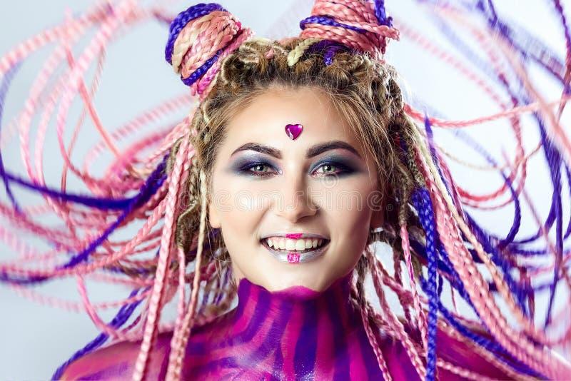 Furtian czerwona młoda dziewczyna, piękny makeup, fryzura, afro warkocze, dreadlocks zdjęcie stock