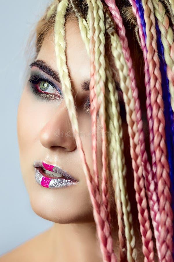Furtian czerwona młoda dziewczyna, piękny makeup, fryzura, afro warkocze, dreadlocks fotografia stock