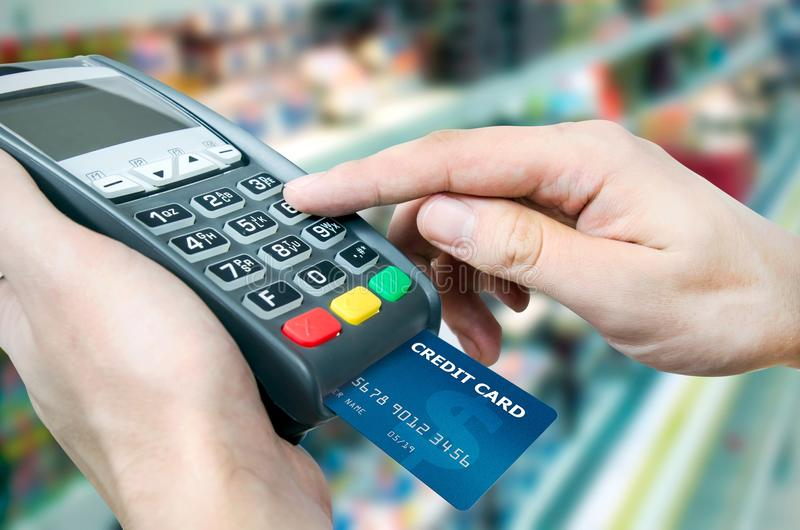 Furto do cartão de crédito através do terminal para a venda fotos de stock