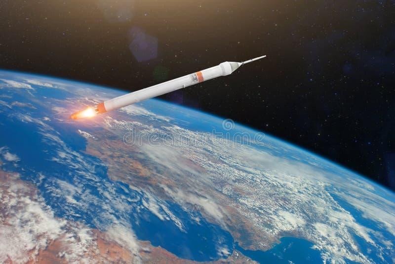 Fusée d'espace avec des moteurs de brûlure du feu satellisant la planète de la terre Éléments de cette image meublés par la NASA photographie stock libre de droits