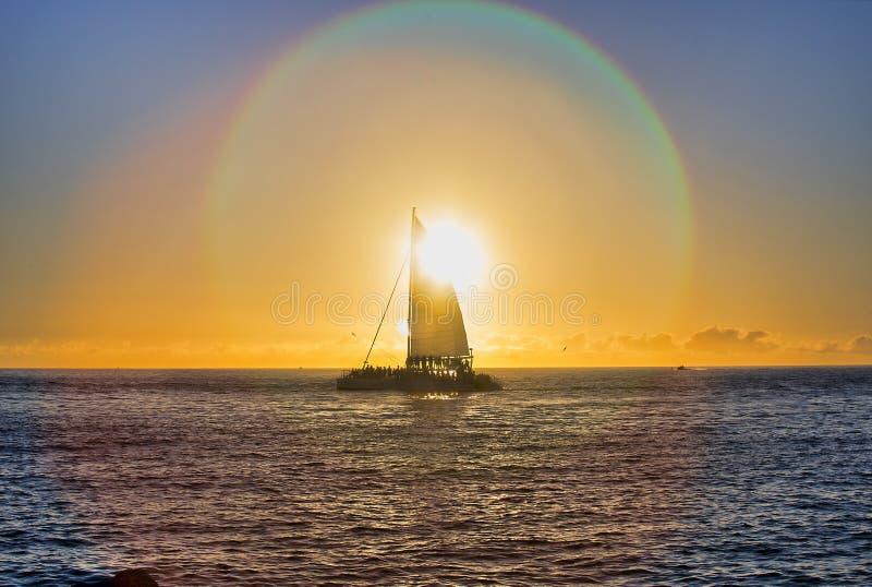 Fusée de Sun au-dessus de voilier au coucher du soleil photos stock