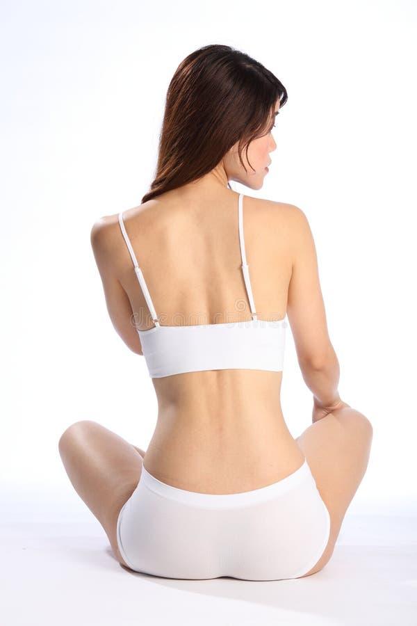 Fuselage en bonne santé convenable de jeune femme dans les sous-vêtements blancs photo libre de droits