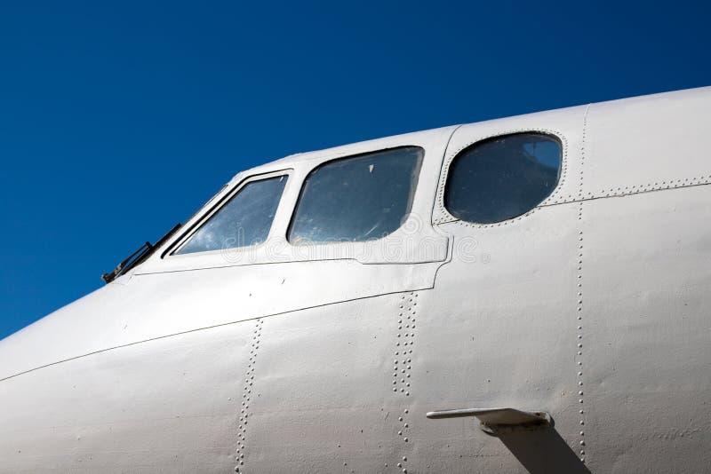 Fuselagecockpit Een deel van de vliegtuigen De neus van de vliegtuigen tegen de blauwe hemel stock afbeeldingen