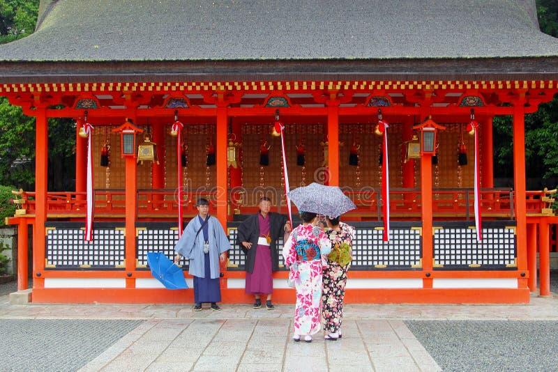 Fushimi Inari för dräkter för mankvinnor traditionell tempel, Kyoto arkivbilder