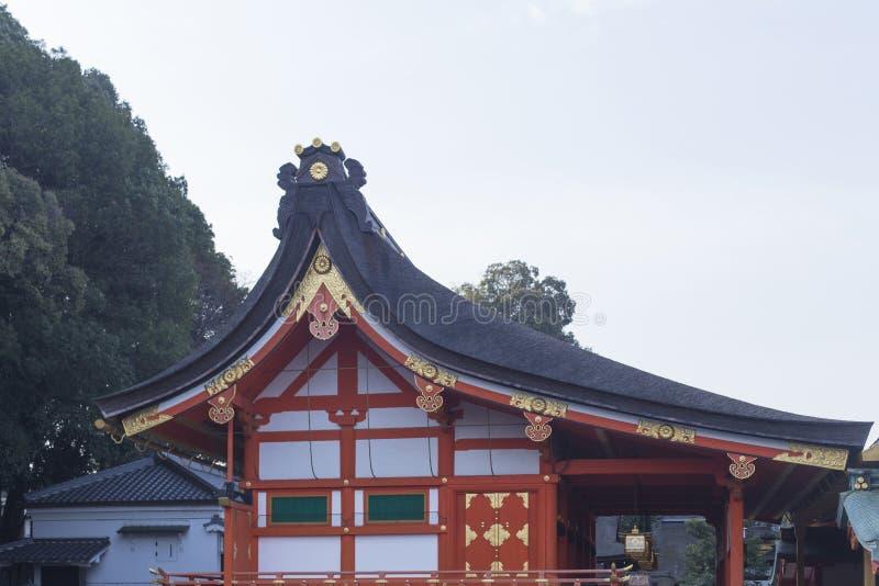 Fushimi Inari taisha och tak av relikskrina på ingången av monteringen Inari i Kyoto under Hanamien royaltyfri fotografi