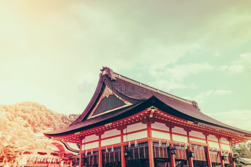 Fushimiinari Taisha ShrineTemple i Kyoto, Japan (filtrerad ima royaltyfria foton