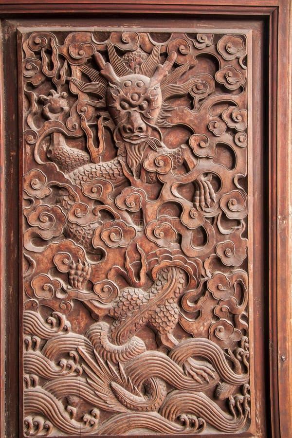 Fushun Sichuan utsökta skulpturer på för stora Hall för tempel det Fushun dörrar länet arkivbilder