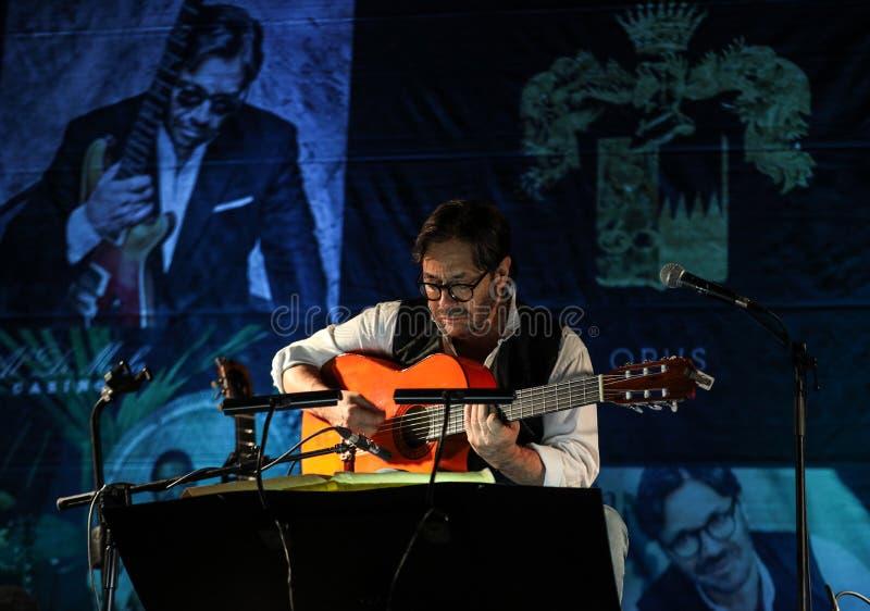 Fusión americana del jazz y ejecución latina de Al Di Meola del guitarrista del jazz vivas en el Kijow Etapa de centro en Kraków, foto de archivo