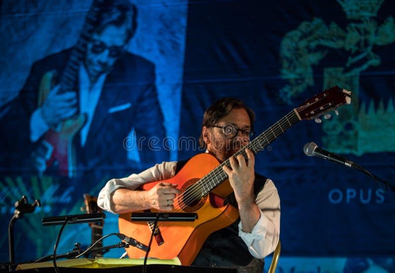 Fusión americana del jazz y ejecución latina de Al Di Meola del guitarrista del jazz vivas en el Kijow Etapa de centro en Kraków, fotografía de archivo