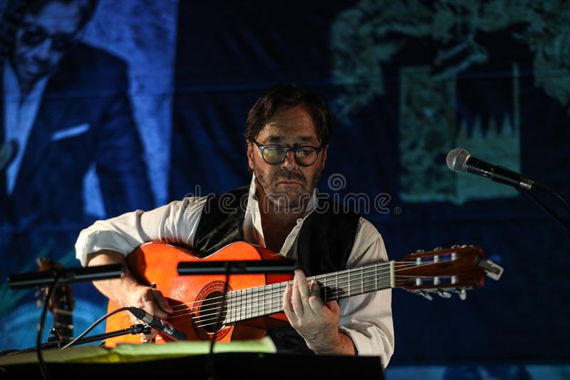 Fusión americana del jazz y ejecución latina de Al Di Meola del guitarrista del jazz vivas en el Kijow Etapa de centro en Kraków, imagen de archivo libre de regalías