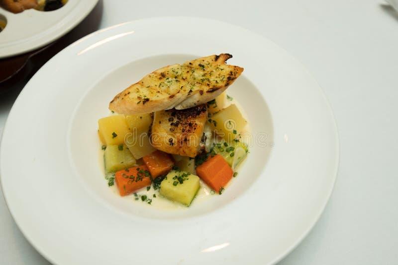 Fusión occidental de la comida en restaurante en cena del plato fotografía de archivo