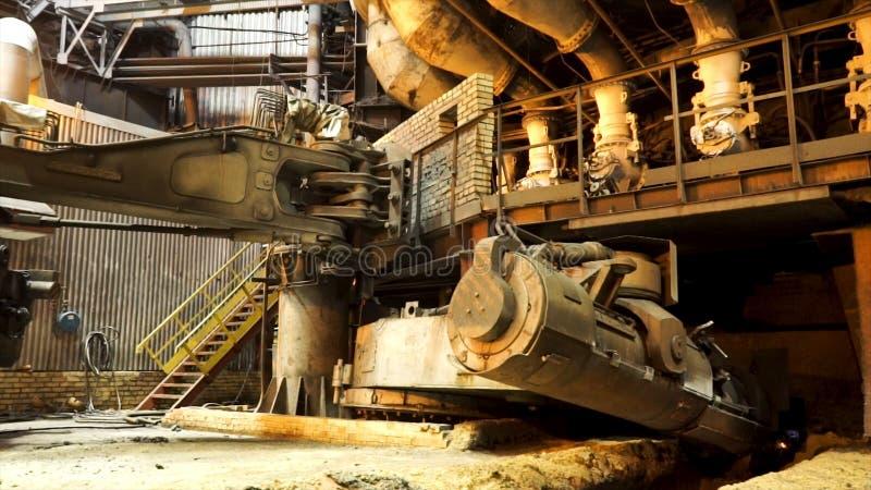 Fusi?n del metal en una planta sider?rgica, concepto pesado de la metalurgia Cantidad com?n Temperatura alta en el horno fusorio fotografía de archivo libre de regalías