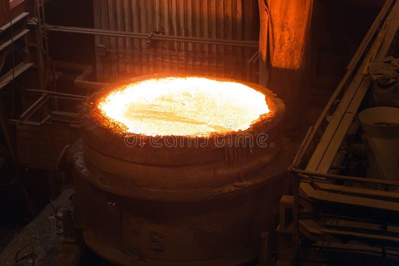 Fusi?n del metal en una planta sider?rgica Temperatura alta en el horno fusorio Industria metal?rgica foto de archivo libre de regalías