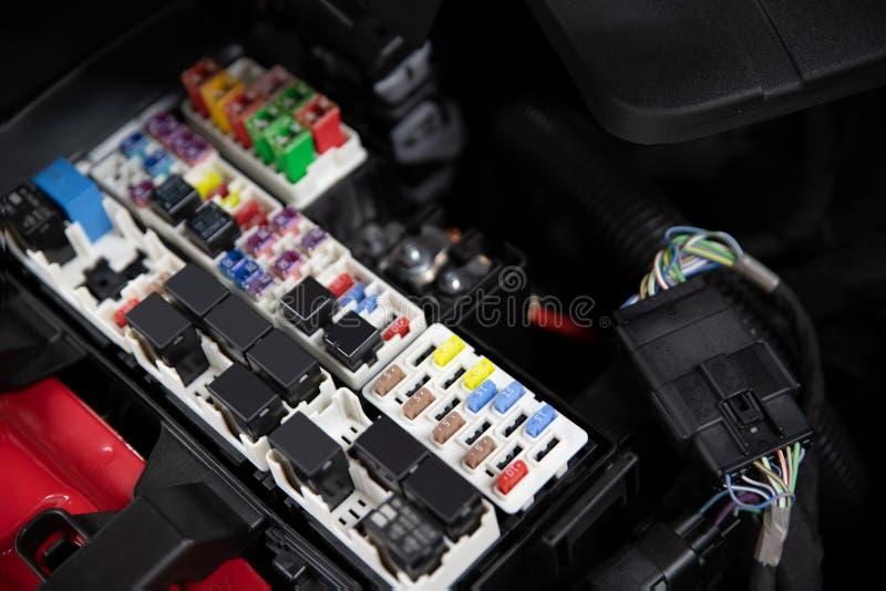 Fusibili e relè elettrici dell'automobile fotografia stock