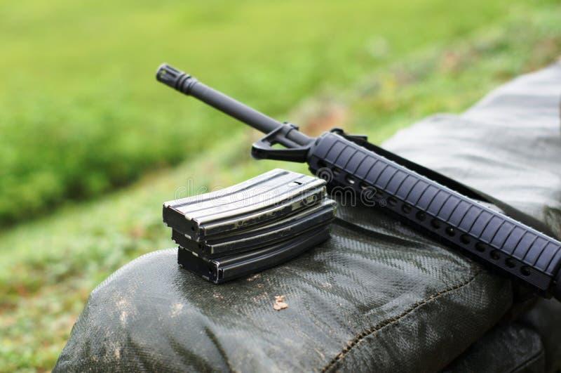 Fusil avec la magazine image stock
