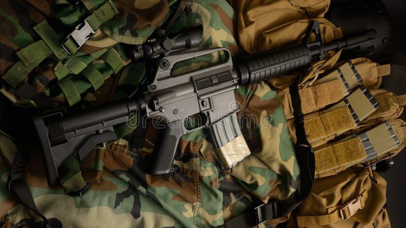 Fusil d'assaut 5 carabine du poulain m16 de 56mm avec les installations tactiques de coffre Équipement militaire photo stock