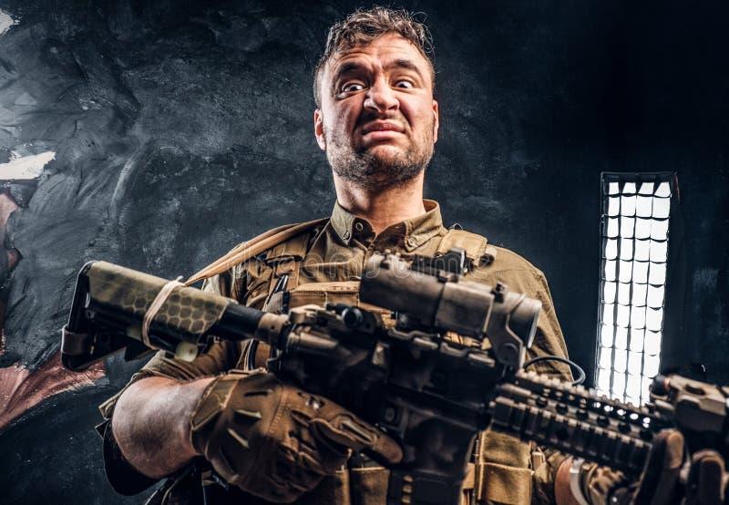 Fusil d'assaut de port de participation d'armure de soldat de forces spéciales photo stock