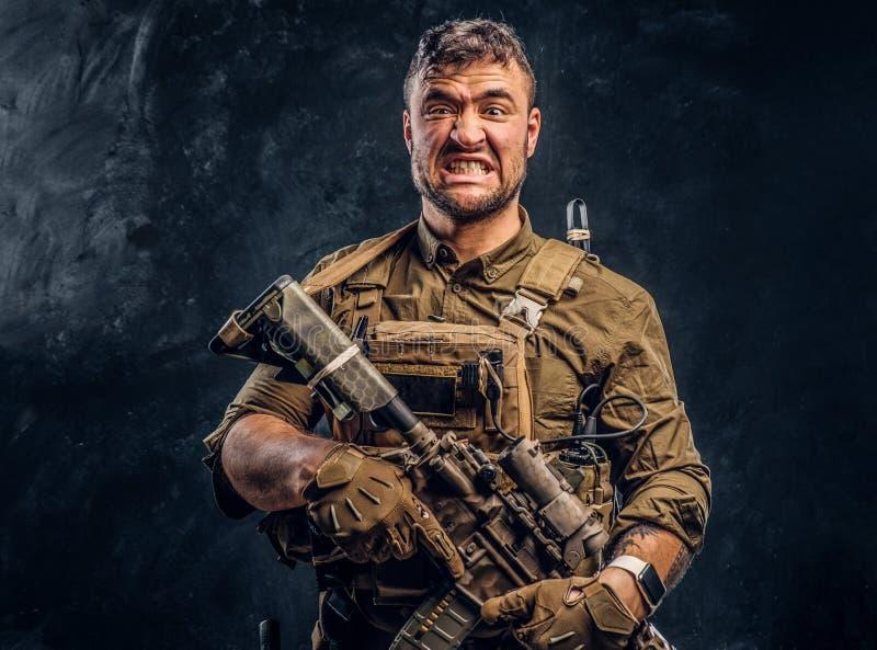Fusil d'assaut de port de participation d'armure de soldat de forces spéciales photographie stock