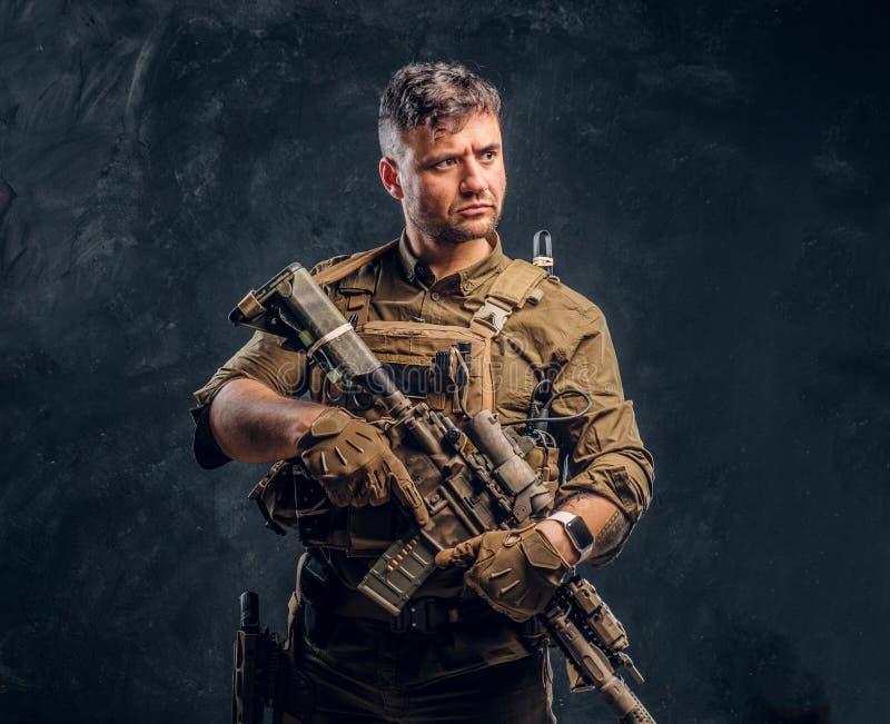 Fusil d'assaut de port de participation d'armure de soldat de forces spéciales image stock
