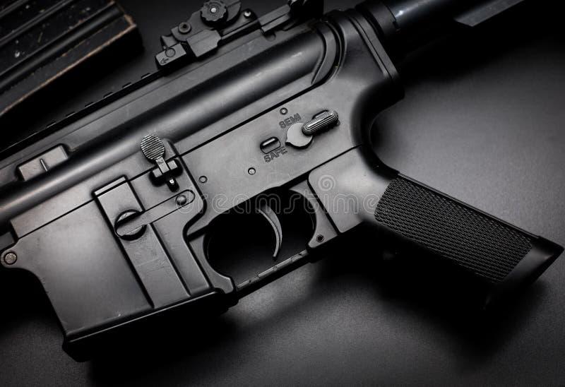 Fusil d'assaut M4A1 sur le fond noir photos stock