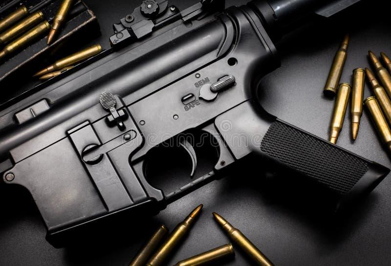Fusil d'assaut M4A1 sur le fond noir images stock