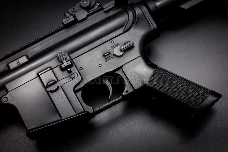Fusil d'assaut M4A1 sur le fond noir photographie stock