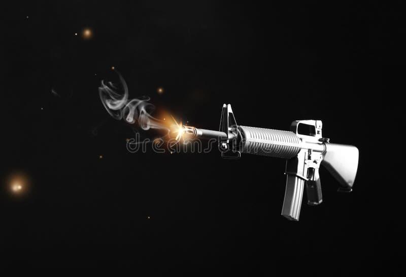 Fusil d'assaut sur le fond foncé photographie stock libre de droits