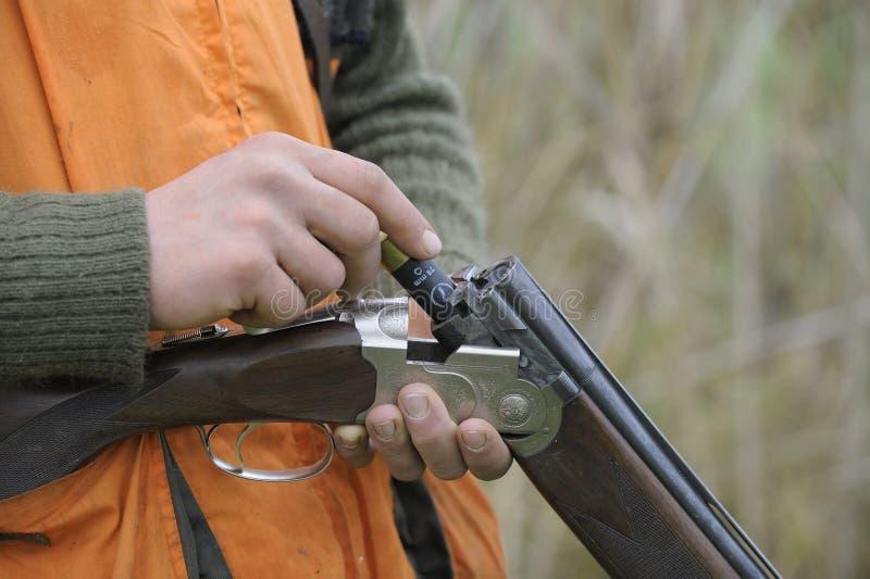 Fusil de chasse de charge de chasseur images libres de droits