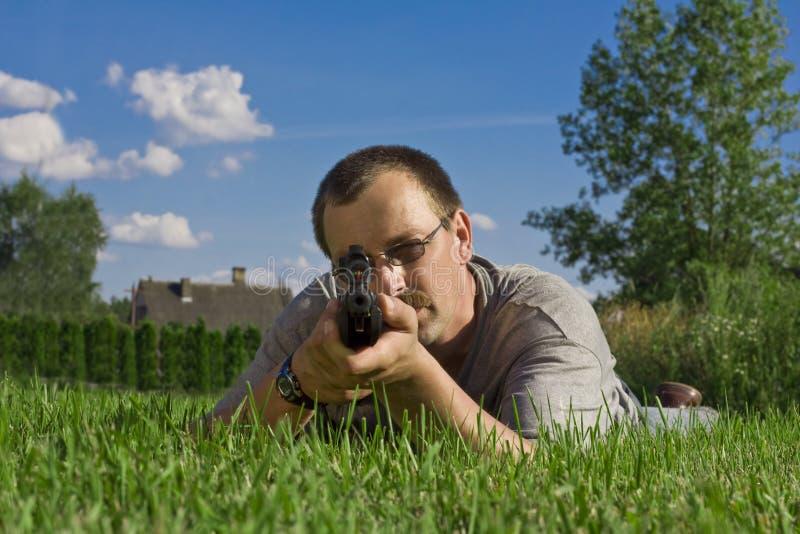 Fusil de chasse de fixation d'homme photo libre de droits
