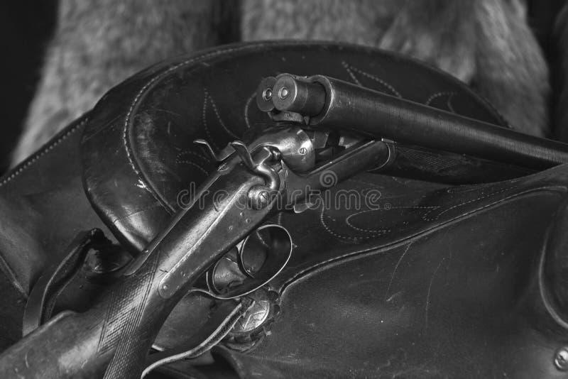 Fusil de chasse sur la selle dans B&W photographie stock libre de droits