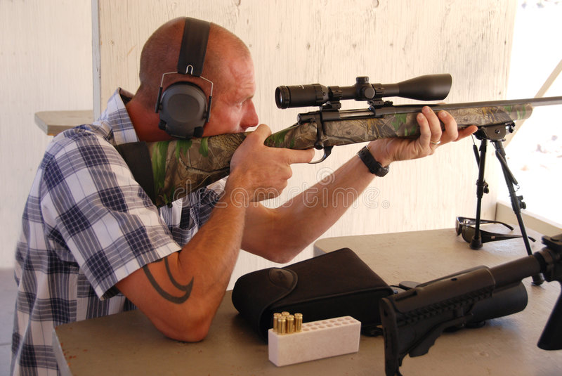 Fusil de tireur isolé de tir d'homme. photos libres de droits
