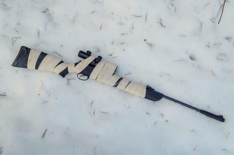 Fusil pneumatique avec un appareil optique de visée photographie stock libre de droits