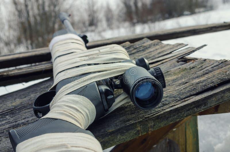 Fusil pneumatique avec un appareil optique de visée photos stock