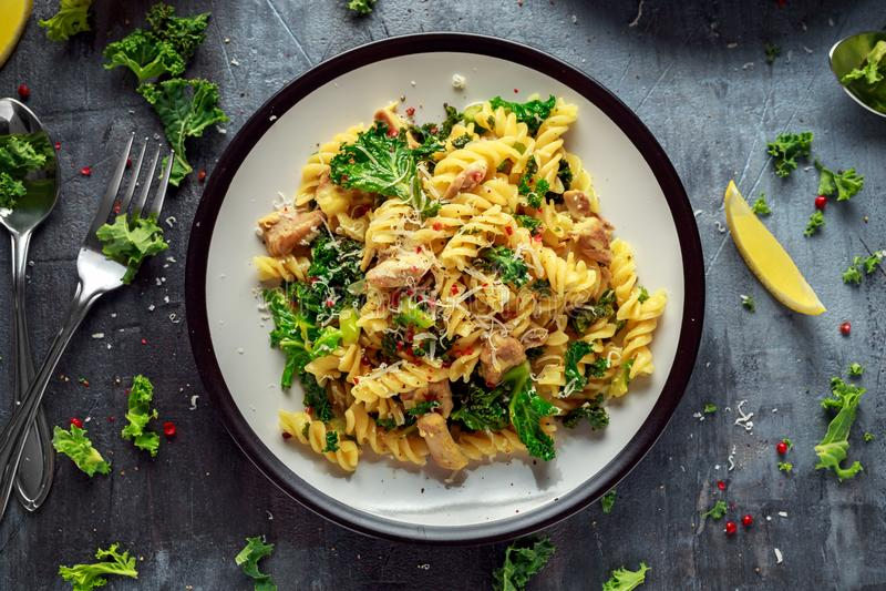 Fusilli casalingo della pasta con il pollo, il cavolo verde, l'aglio, il limone ed il parmigiano Alimento domestico sano immagini stock