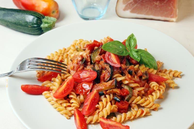 Fusilli com tomate e vegetais imagem de stock royalty free