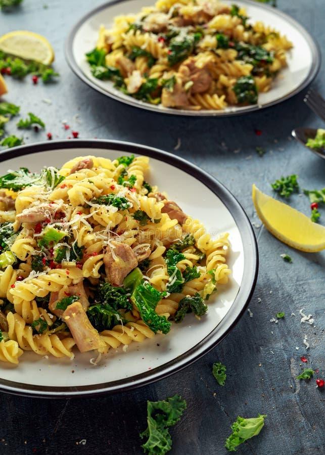 Fusilli fait maison de pâtes avec le poulet, le chou frisé vert, l'ail, le citron et le parmesan Nourriture à la maison saine photo libre de droits