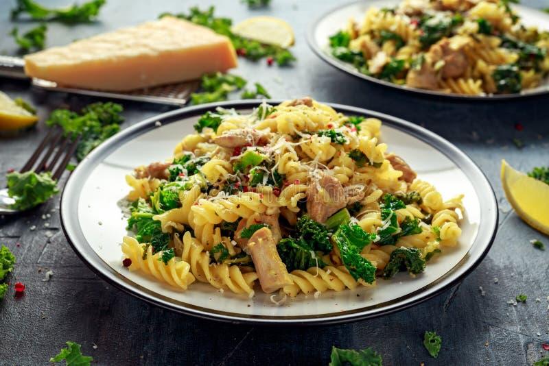 Fusilli hecho en casa de las pastas con el pollo, la col rizada verde, el ajo, el limón y el queso parmesano Comida casera sana imagen de archivo libre de regalías