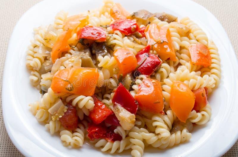 Fusilli italiano della pasta con ragù di verdure del primo piano dei peperoni immagine stock