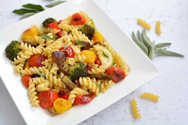Fusilli italiensk pasta med kulöra grönsaker fotografering för bildbyråer
