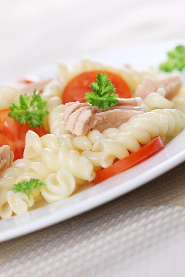 Fusilli mit Thunfisch- und Kirschtomaten lizenzfreie stockfotografie