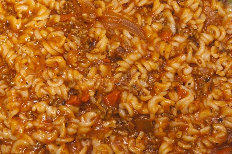 Fusilli pasta med köttfärs- och tomatsås royaltyfri foto