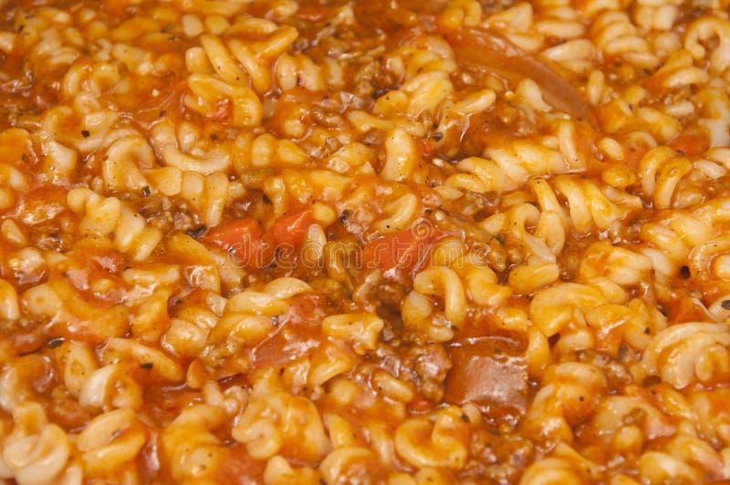 Fusilli pasta med köttfärs- och tomatsås royaltyfri bild