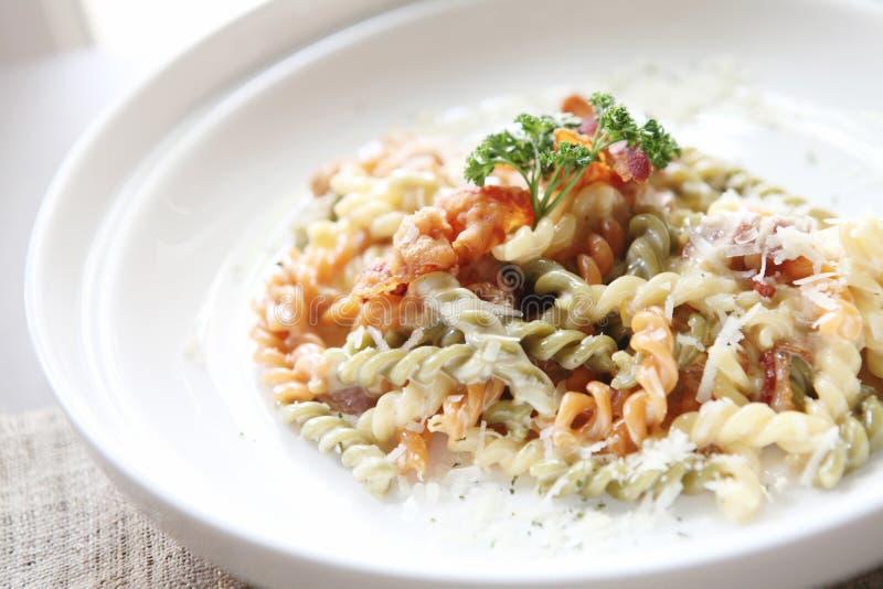 Fusilli-Spaghettis carbonara lizenzfreie stockbilder