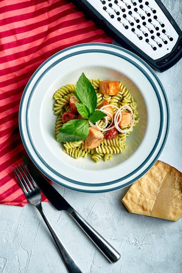 Fusilli-Teigwaren mit gebackenen Lachsen und Spinat Das Konzept der italienischen Küche, klassisch Schön eingemachte Tabelle mit lizenzfreie stockfotos